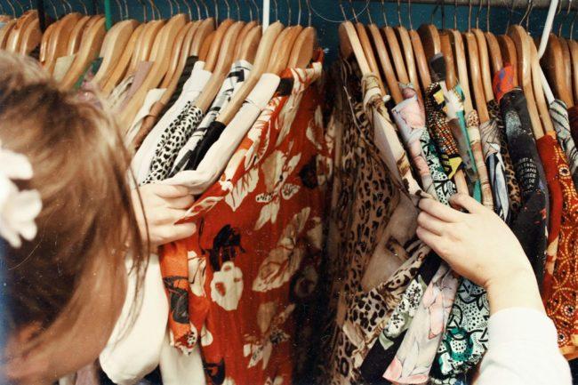 服を選んでいる画像